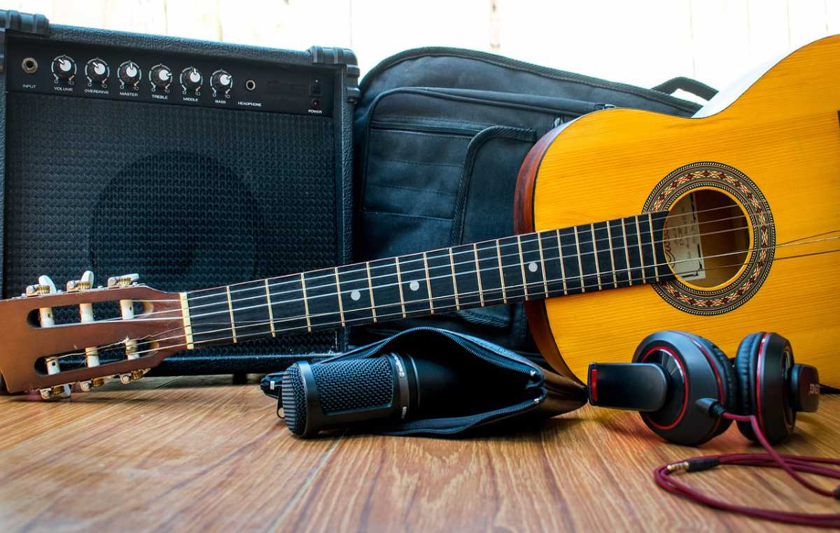 Music with Guitar and Microphone in MATUOG